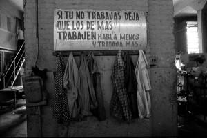 Sin título. Fábrica de Guaguas Girón, 1977, del libro La otra Cuba. Cortesía Grethell Morel