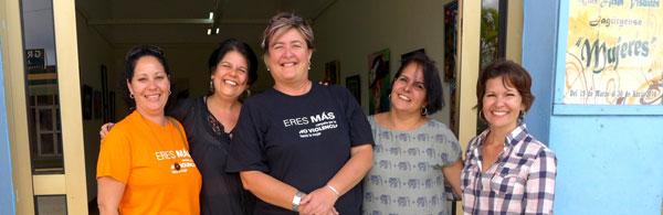 De izquierda a derecha: Mailyn Medina (fotógrafa), Laritza González (OAR), Lilia Lorenzo (Dir. Galería y organizadora Evento Mujeres.), Mareelen Díaz (OAR) y Grethel Morell